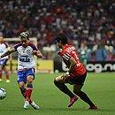 Artur tenta fugir da marcação de Alexandre Pato durante confronto na Fonte Nova