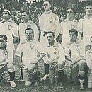 Time do Brasil que conquistou em 1919 o Campeonato Sul-Americano (atual Copa América). Em pé: Pindaro, Sergio, Marcos, Fortes, Bianco e Amilcar. Ajoelhados: Milon, Neco, Friedenreich, Heitor e Arnaldo