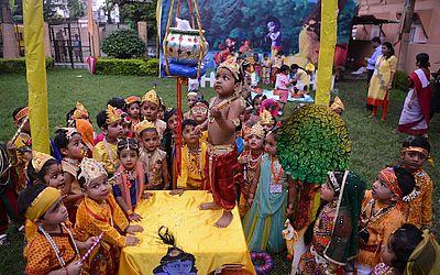 Crianças vestidas como a divindade Krishna participam de uma pre-'Janmashtami' na província de Siliguri. O festival anual comemora o nascimento do Deus Hindu.