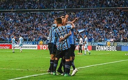 Jogadores do Grêmio festejam goleada contra o Atlético Tucumán