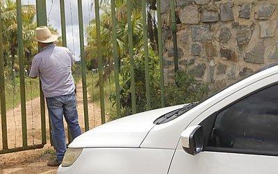 Amigo do vereador dono da propriedade chega no mesmo momento da equipe do CORREIO