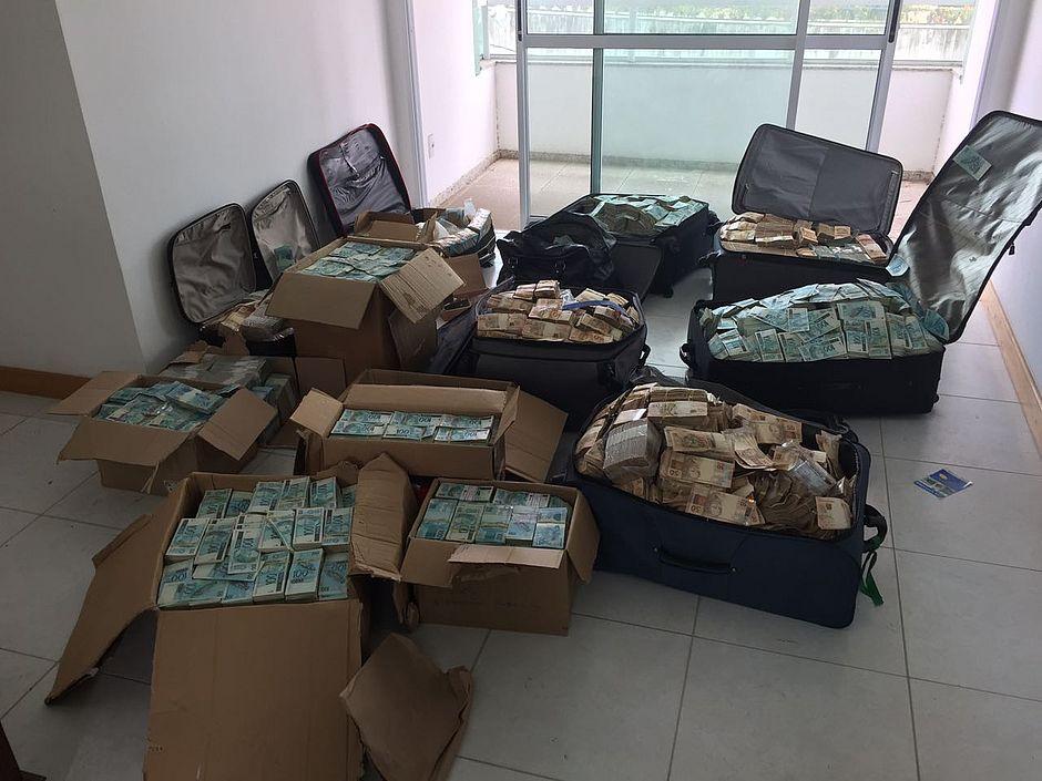 PF flagra malas e caixas de dinheiro dentro de imóvel em Salvador