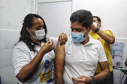 ACM Neto é vacinado contra a covid-19 em Salvador: 'Emoção muito grande'