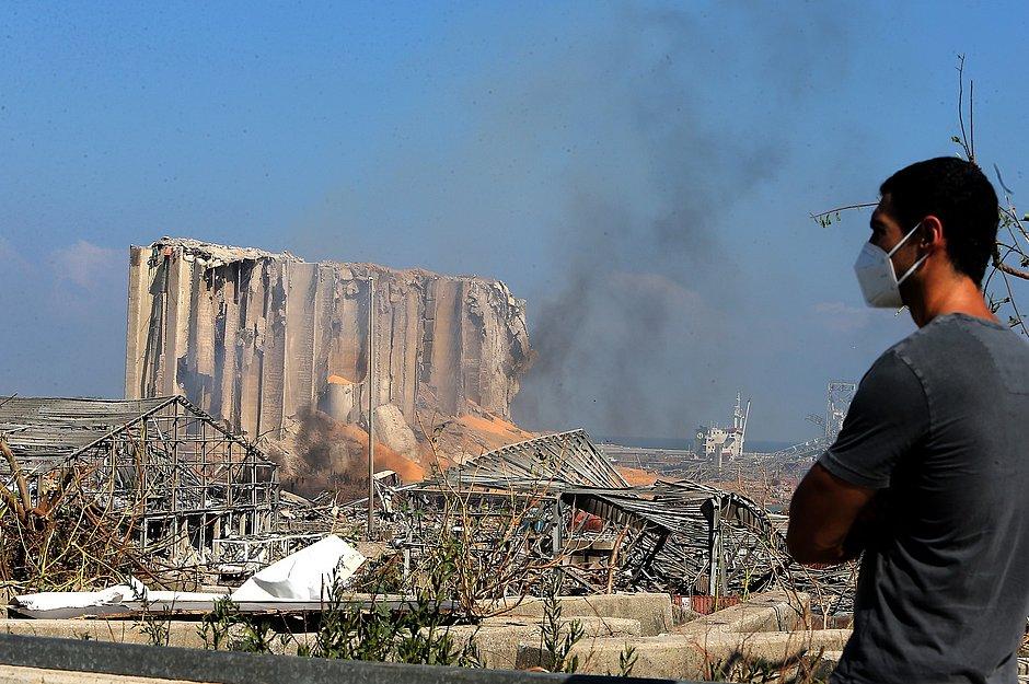 Homem observa destruição causada pela explosão