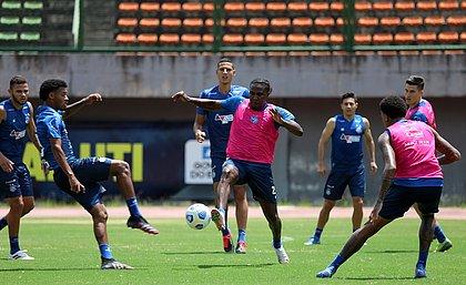 Com a participação de jogadores da equipe de aspirantes, Bahia treinou em Pituaçu