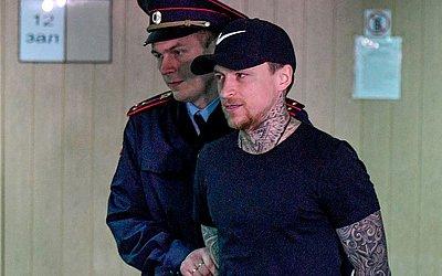 O jogador de futebol profissional Krasnodar Pavel Mamaev da Rússia, é levado a julgamento em  Moscou, depois de atacar o motorista de um apresentador de televisão e danificar seu Mercedes, além de espancar dois funcionários do Ministério de comérc