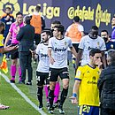 Com o zagueiro Diakhaby, jogadores do Valencia deixaram o campo no jogo contra o Cádiz