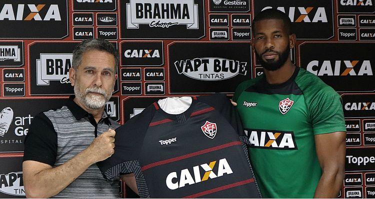 De volta ao Vitória, João Gabriel homenageia goleiro falecido
