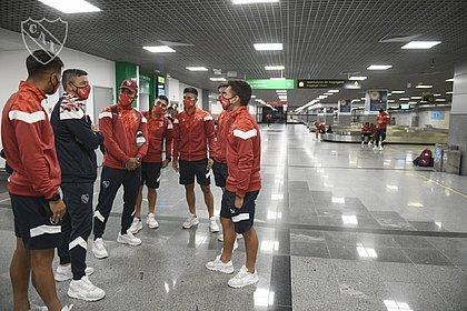 Parte da delegação do Independiente conversando no saguão do aeroporto de Salvador