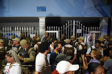 Concentração em frente ao colégio era grande no acesso pelo Corredor da Vitória
