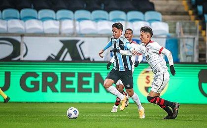 Vitória ficou com um a menos no fim do primeiro tempo e perdeu para o Grêmio, em Porto Alegre