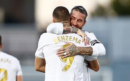 Sergio Ramos e Benzema se abraçam na festa do título