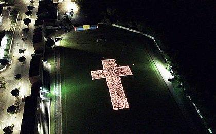 Grupo homenageia vítimas da covid com 2 mil velas na Bahia: 'Essa dor é de todos'