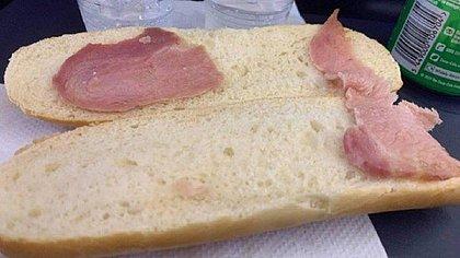 Foto de 'sanduíche de bacon' vendido a R$ 34,80 em avião viraliza