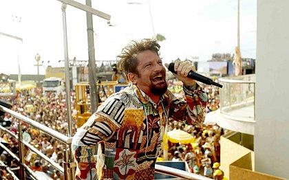 Com look colorido, Saulo arrasta multidão no circuito Barra-Ondina