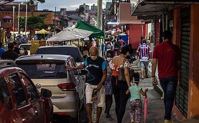 Na Boca do Rio, onde as medidas de isolamento mais severo já foram suspensas, a população voltou a ocupar as ruas.