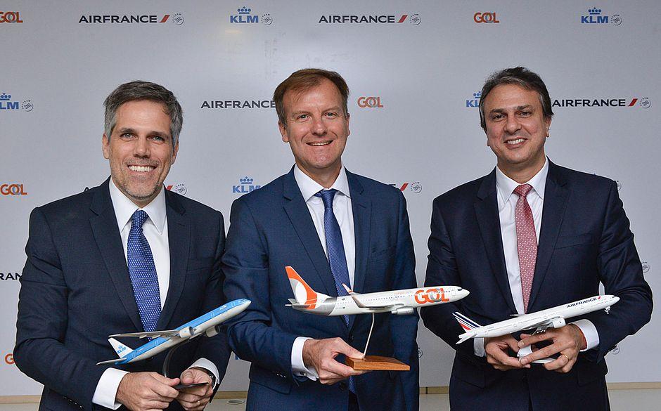 Paulo Kakinoff, presidente da Gol; Jean Marc Pouchol, diretor geral da Air France-KLM Latam, e Camilo Santana, governador do Ceará, durante anúncio de hub em Fortaleza, nesta segunda-feira