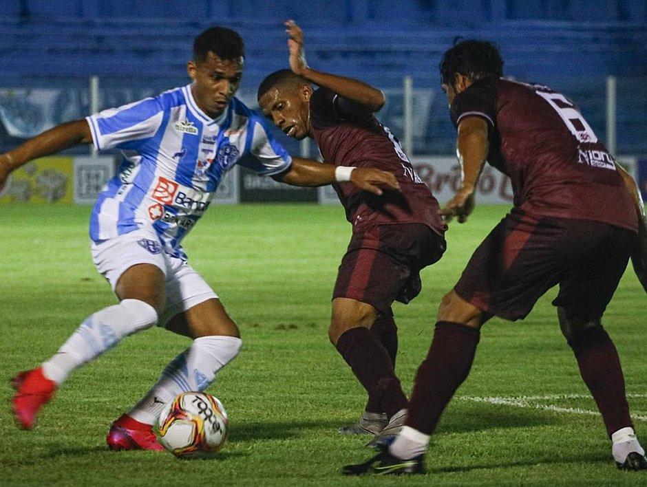 Lance do jogo entre Paysandu e Jacuipense no estádio da Curuzu