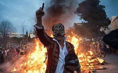 Um folião usa mácara do prefeito Jean-Claude Gaudin no desfile independente 'La Plaine carnaval' em Marselha, sul da França. Jean Claude Gaudin é alvo de críticas por suas políticas locais após o colapso dos dois edifícios na rue d'Aubagne no dist