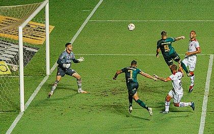 Rodolfo, camisa 9 do América, marca o primeiro gol contra o Vitória