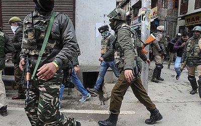 Pessoal da Agência de investigação nacional Indiana (NIA) realiza uma busca na casa de Mohammad Yasin Malik, líder separatista da Caxemira, em Maisuma de Srinagar .