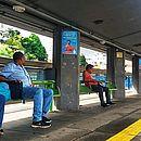 Passageiros aguardam condução na Estação da Lapa; vans e micro-ônibus circulam pela cidade