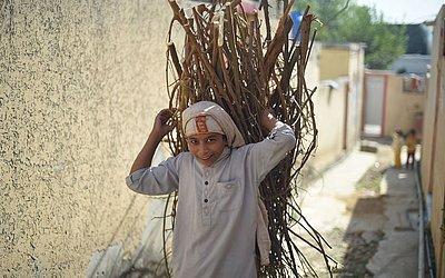 Um aldeão paquistanês carrega lenha ao longo de uma rua na vila histórica de Margalla, em Islamabad. A viola tem cerca de 400 anos de idade e foi morada de várias civilizações Mughal.