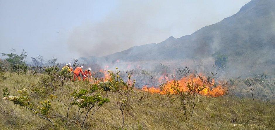 Corpo de Bombeiros tenta controlar fogo em Rio de Contas