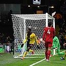 Sarr comemora um dos dois gols marcados por ele contra o Liverpool