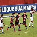 Autor de dois gols, Léo Ceará (direita), comemora ao lado de Marcelinho e Alisson Farias