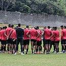 Elenco do Vitória durante um treino no Barradão