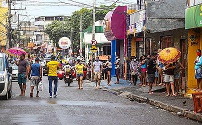 No primeiro dia das medidas restritivas em Cosme de Farias, o movimento de pessoas ainda era grande nas ruas do bairro.
