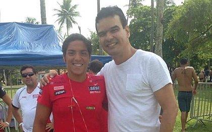 Ana Marcela e Adriano, o primeiro professor de natação, em um reencontro em 2016
