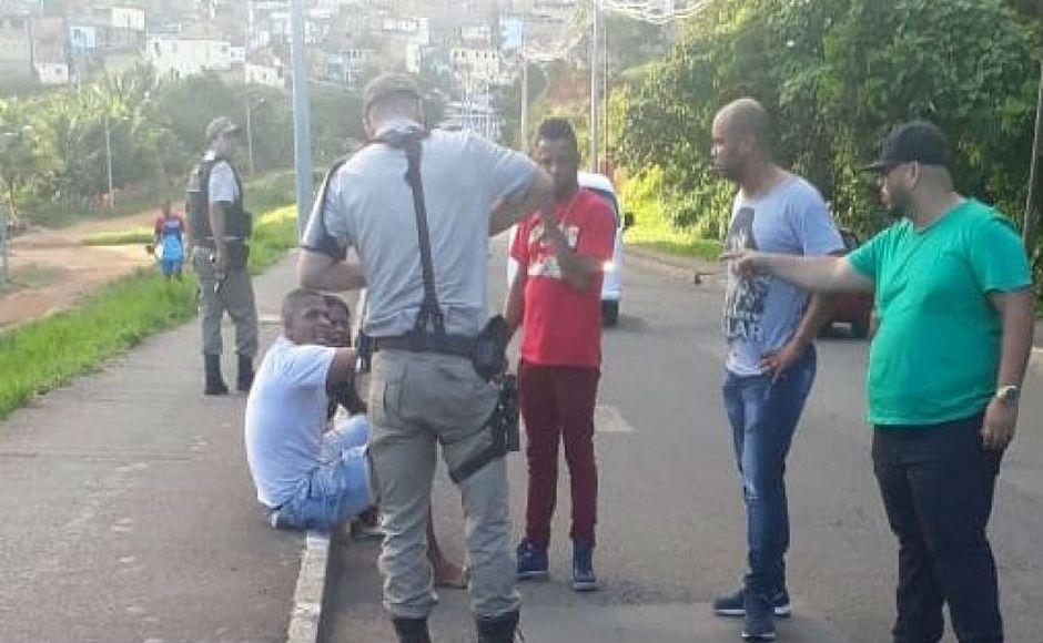 Taxista é agredido por casal após tentativa de assalto na Avenida Gal Costa