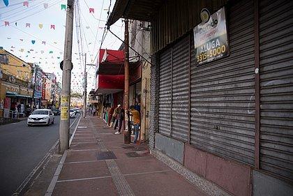 Placas de aluga-se ou vende-se se espalham nas fachadas das antigas lojas