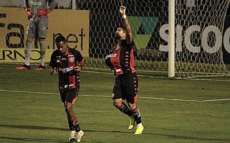 Léo Ceará comemora gol marcado contra a Ponte Preta