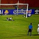 Samuel cobra pênalti para o Vitória e empata o jogo no Barradão
