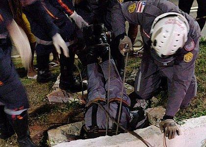 Bombeiro mergulha em bueiro para resgatar a criança