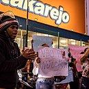 Manifestantes se reúnem em frente ao Atakarejo