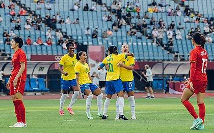 Brasileiras comemoram o gol diante da China