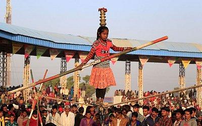 Garota indiana na corda bamba durante a feira do camelo Pushkar em Pushkar, no estado de Rajasthan.