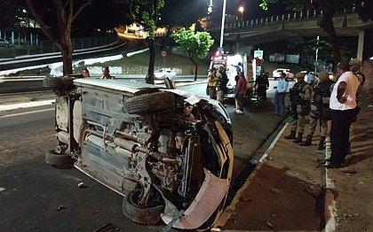 Após batida, carro capota em ribanceira na Avenida Garibaldi
