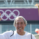 Gordon Banks em foto de 2012, carregando a tocha olímpica em Londres