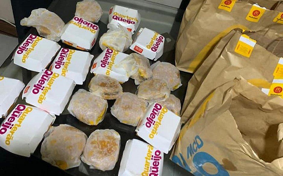 Menino de 5 anos compra R$ 225 em hambúrguer pelo celular da mãe