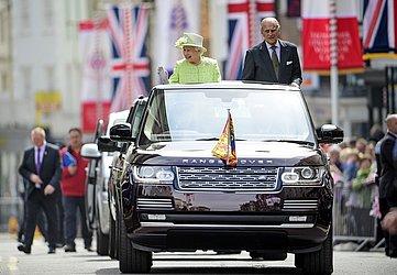 A Rainha Elizabeth II e o Príncipe Philip a bordo de um Land Rover