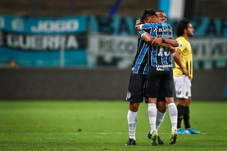 David Braz abraça Ferreira, autor do primeiro gol gremista