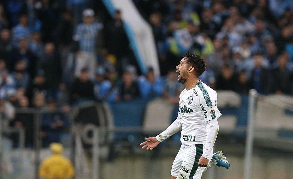 Gustavo Scarpa comemora o golaço marcado por ele na Arena do Grêmio