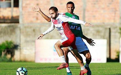 Régis passa por Rodrigão Becão durante treino; meia está cotado para ser titular