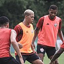 De colete laranja, Maykon Douglas treina na Toca do Leão