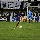Douglas, lá no fundo, observa Juninho com a bola. Defesa do Bahia voltou a apresentar falhas contra o Santos
